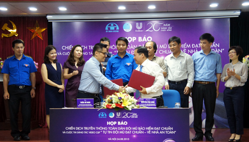 Mr Nguyen Phi Long of VYF and Mr Tran Vu Hoai of Unilever Vietnam signed an MOU of Cooperation at the event