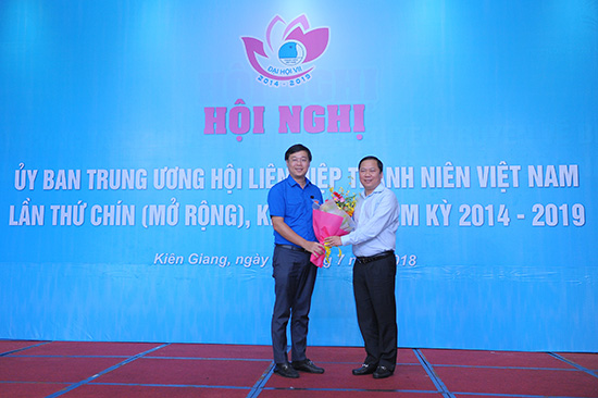 Mr Le Quoc Phong (left) received congratulatory flowers from Mr Nguyen Phi Long