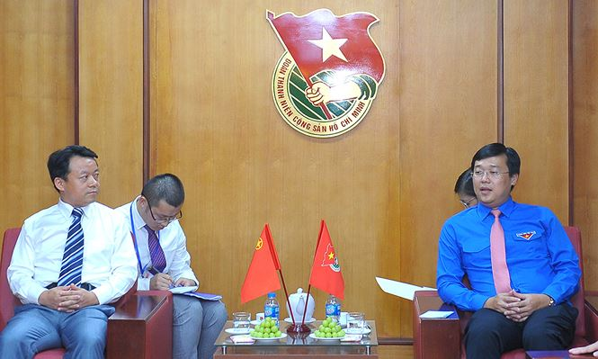Mr Le Quoc Phong (right) exchanged with Mr Fu Zhen (left) in Ha Noi