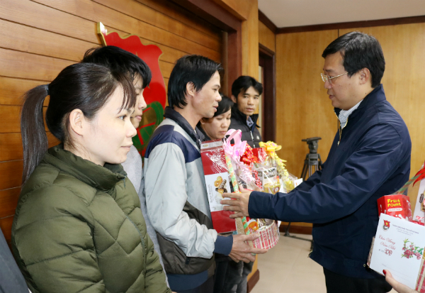 Mr. Le Quoc Phong presents Tet gifts to needy HCYU staff