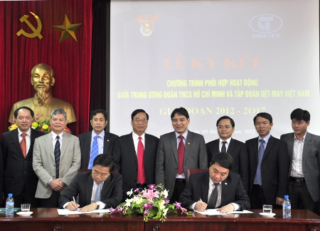 Mr Nguyen Manh Dung (right) and Vinatex's representative signed the MoU