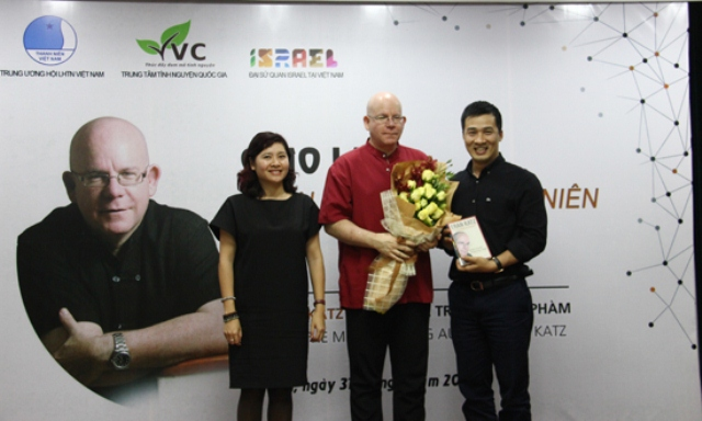 Mr. Vu Minh Ly, Member of the Central Committee of the Ho Chi Minh Communist Youth Union concurrently Director of Vietnam National Volunteer Centre (VVC) and Mrs. Do Thi Kim Hoa, Deputy Director of VVC offered Eran Katz a bouquet.
