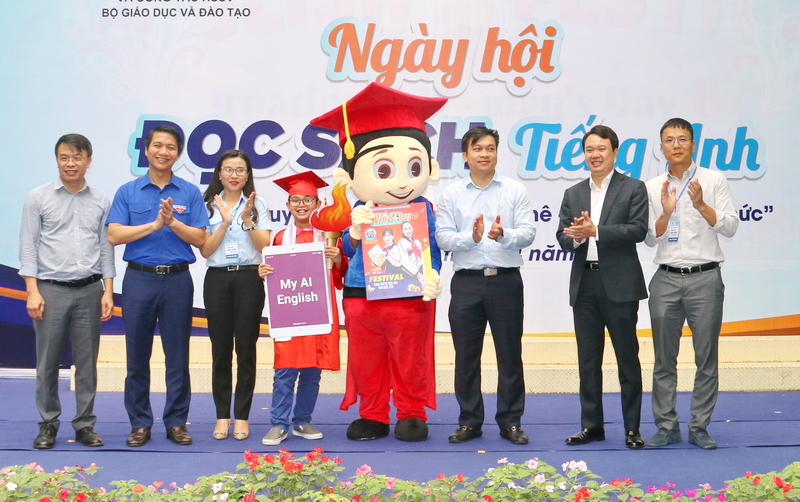 Mr. Nguyen Ngoc Luong, Secretary of the Ho Chi Minh Communist Youth Union, in addition to representative from the Ministry of Education and Training, representative from AMES International English System at the opening ceremony