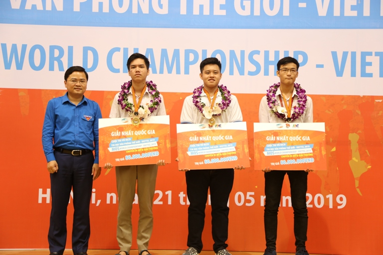 Mr. Nguyen Anh Tuan - Standing Secretary of the Youth Union, Head of the Steering Committee of the MOSWC-Viettel Contest 2019 awarded to 3 National champions this year
