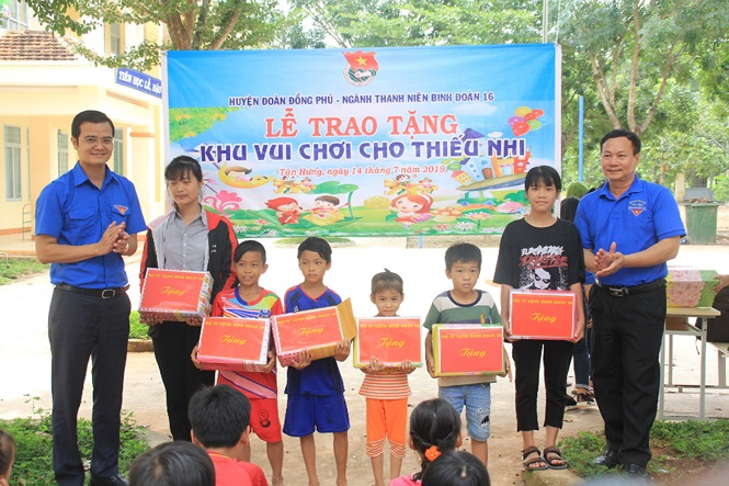Mr. Bui Quang Huy and Leaders of Binh Phuoc Commision for Mass Mobilisation gave gifts to pupils in Tan Hung commune, Dong Phu district, Binh Phuoc province