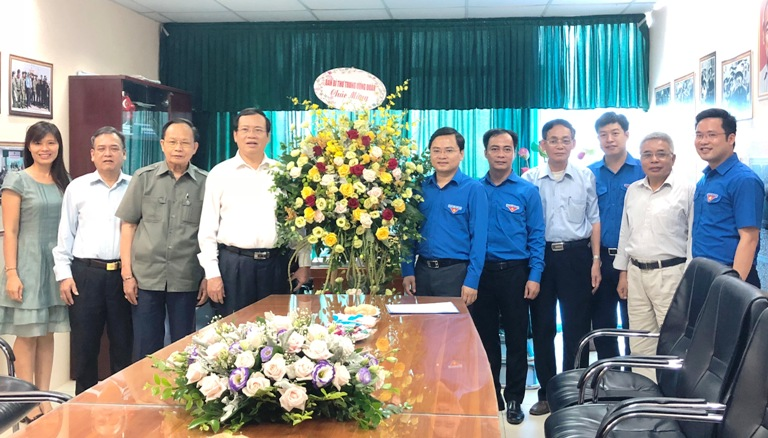 Mr. Nguyen Anh Tuan - Standing Secretary of the Youth Union presented flowers to the FVVYA