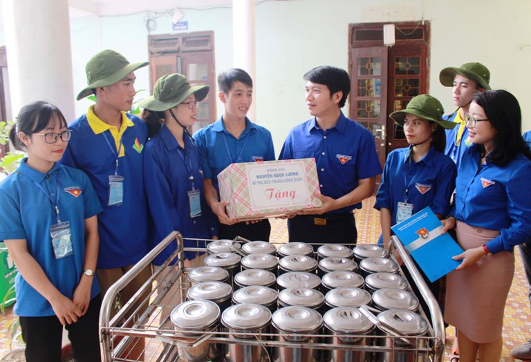 "Mr. Nguyen Ngoc Luong gave gifts to ""Green Summer"" volunteer team from Vinh Medical University at Quynh Lap Leprosy Hospital"