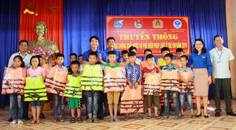 Mr. Nguyen Ngoc Luong distributed life jackets in Hoang Mai commune