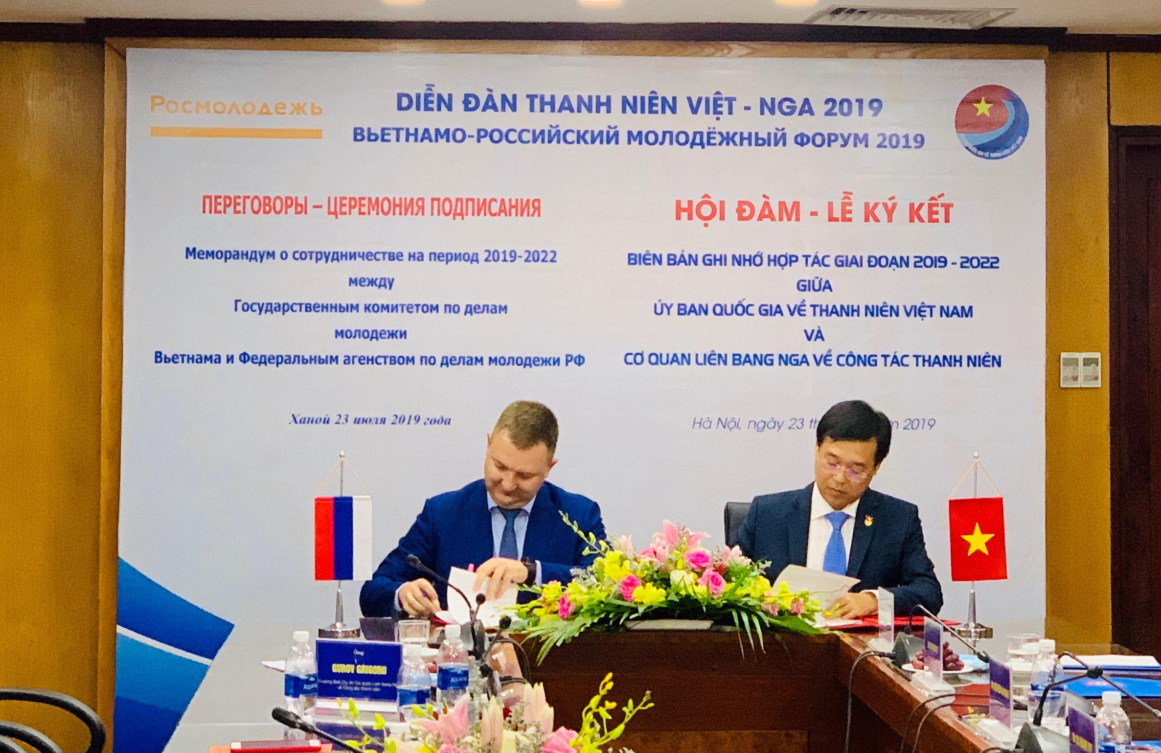 Mr. Le Quoc Phong and Mr. Alexandre Bugayev signing the MOU