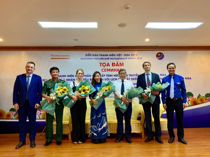 Mr. Bui Quang Huy, Secretary of the Central Committee of the Youth Union, Chairman of the Vietnam Student Association and Mr. Alexander Bugayev, Chairman of the Russian Federation Agency on Youth Affairs, presented flowers to the guests