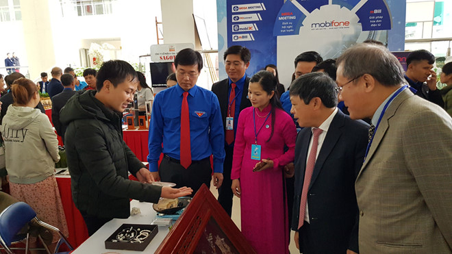 Mr. Le Quoc Phong and the leaders of Lam Dong province and leaders of the Vietnam Youth Federation visit the start-up products exhibition.
