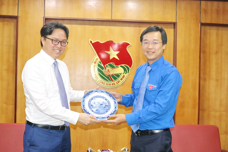 Mr. Le Quoc Phong presented gift to Mr. Prak Nguon Hong