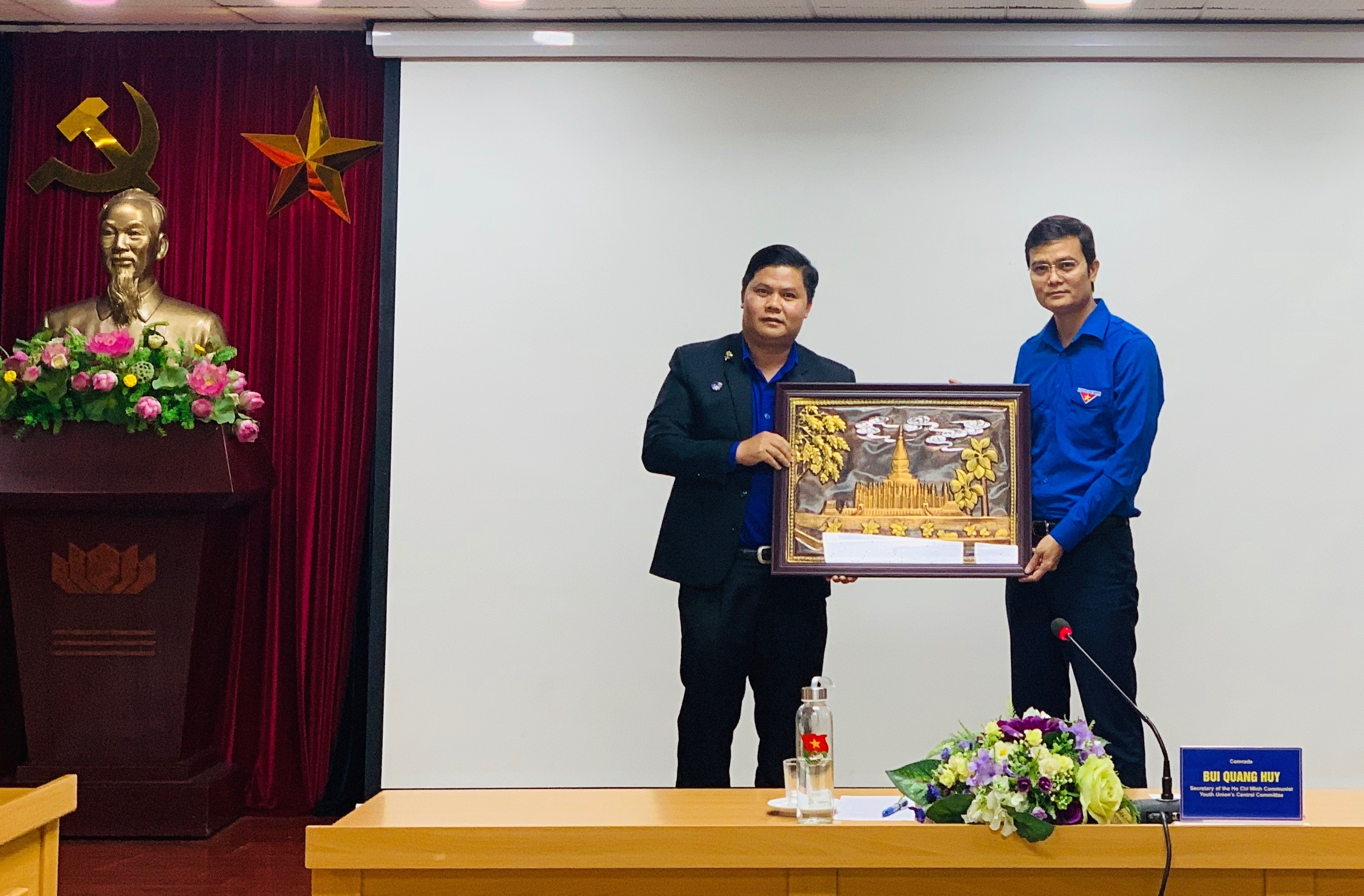 Mr. Bui Quang Huy and Mr. Kham LeXay Nha Vong Si exchanged gift