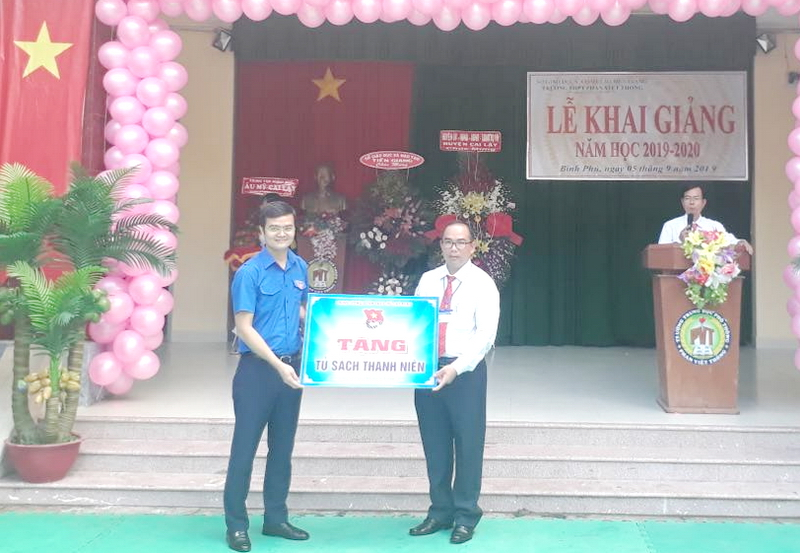 Mr. Bui Quang Huy presented bookcase to the school's administrators