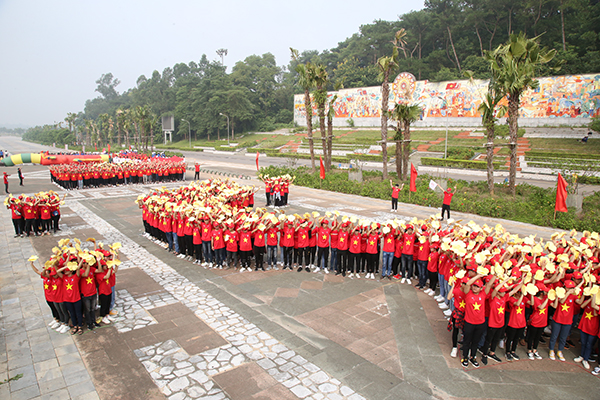 Delegates and more than 1,000 youths greeted the national flag