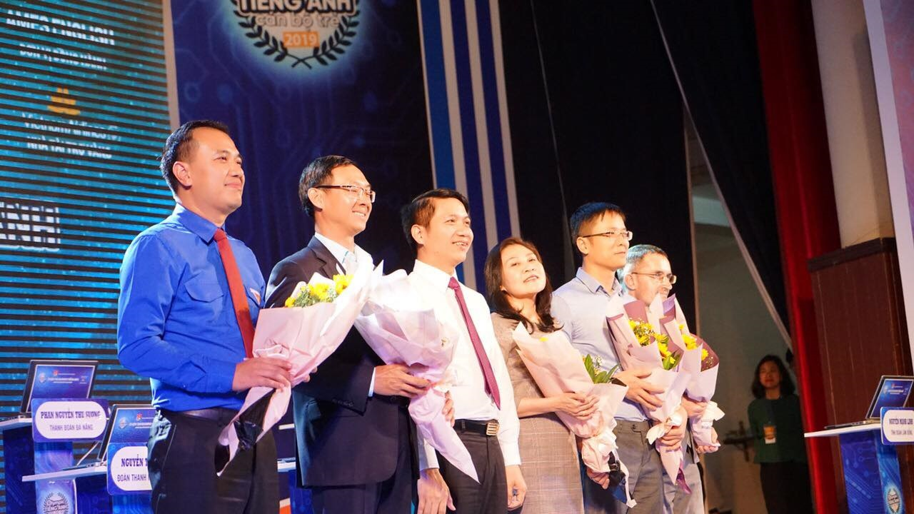 HCYU's Secretary Nguyen Ngoc Luong presented flowers to the Organizers
