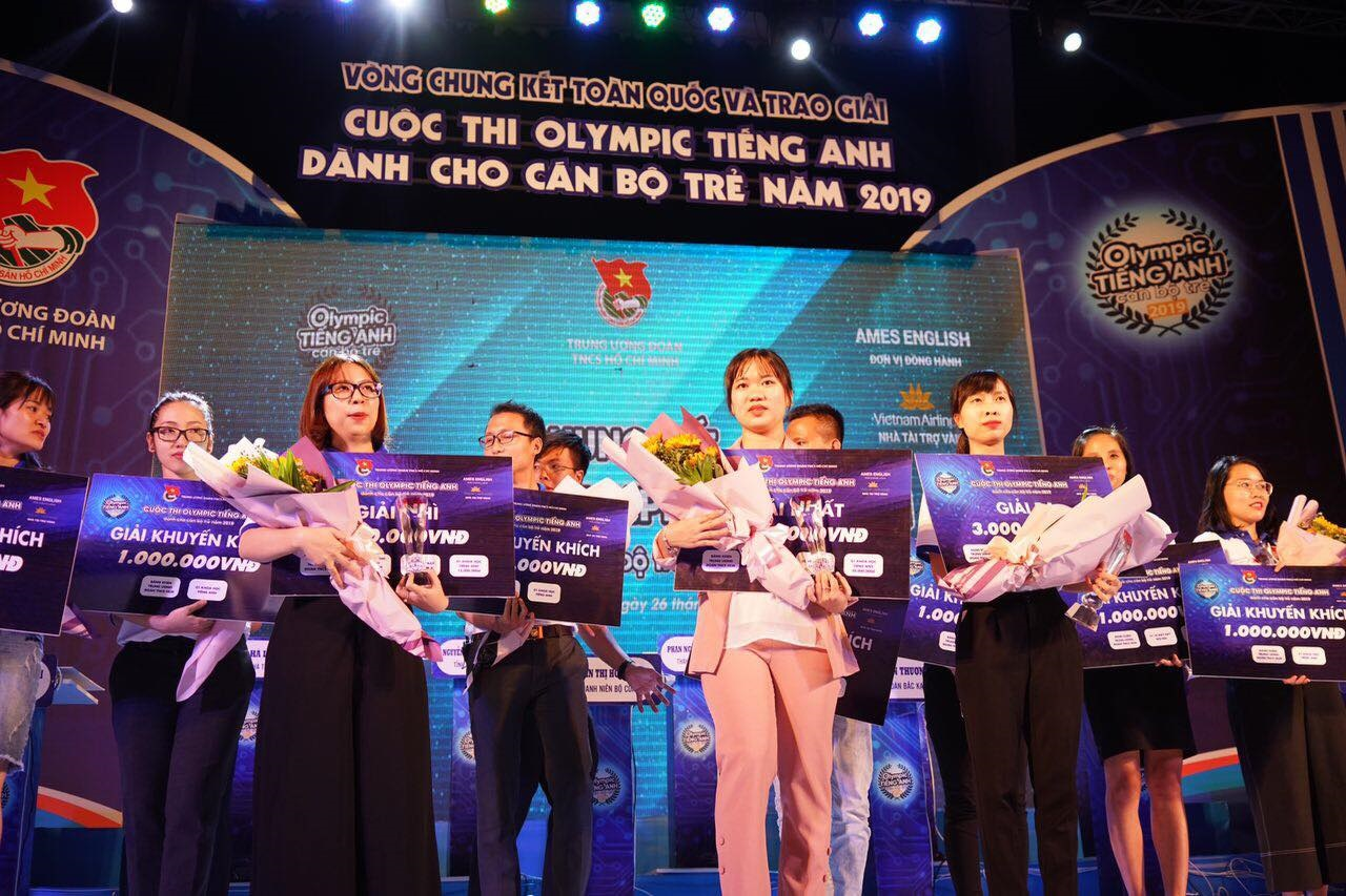 Nguyen Thi Ha Linh - Ha Tinh City's Police (in the middle) won the first prize in the contest