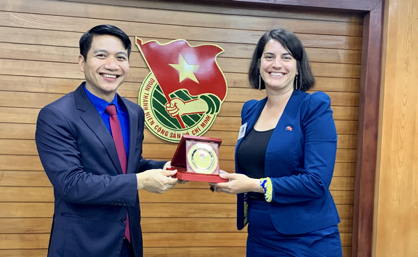 Mr. Nguyen Ngoc Luong exchanged gifts with Ms. Laura Fraser Hardy