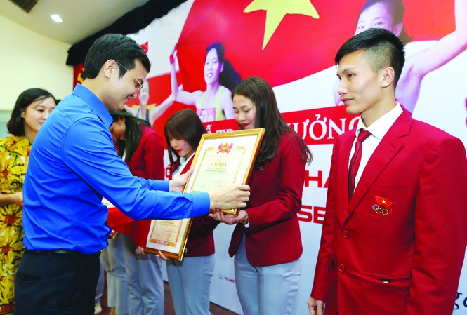 Mr. Bui Quang Huy awarded certificates to athletes who won gold medals at SEA Games 30