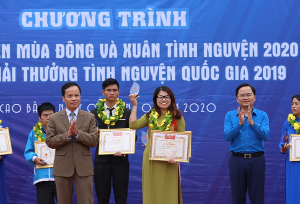 Mr Nguyen Anh Tuan (blue shirt) and the Vice President of People's Committee of Cao Bang Province, Mr Nong Thanh Tung presnted the National Volunteering Award