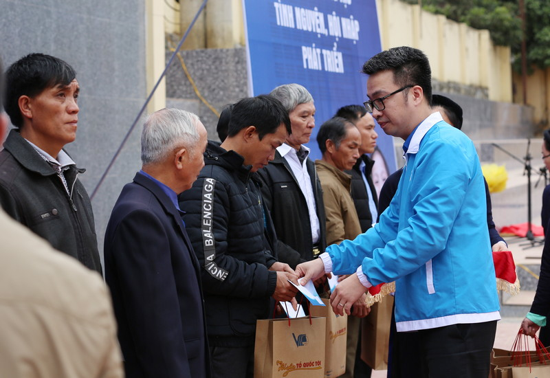 Mr Nguyen Tuong Lam, Permanent Vice President of the VYF presented gifts to 20 village patriarches, prestigious people among ethnic minority and the faithfuls