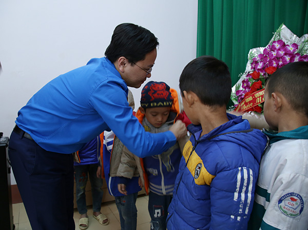 Mr. Nguyen Anh Tuan gave warm clothes as presents for the students of Co Ba Primary School, Bao Lac District