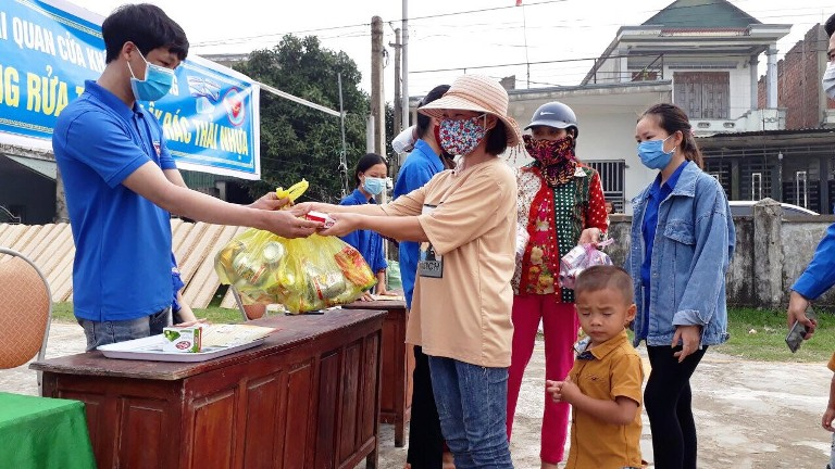 Exchange plastic waste for soap of Ha Tinh Provincial Youth Union