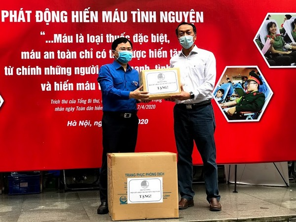 Mr. Nguyen Anh Tuan presented gifts to the medical team of the National Institute of Hematology and Blood Transfusion