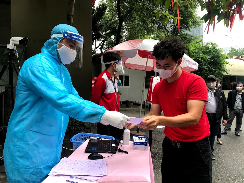 Artist Xuan Bac registers blood donation at the program