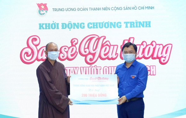 Mr. Nguyen Anh Tuan received 100 scholarships for ethnic minority students (2 million VND each) from the Viet Nam National Buddhist Sangha