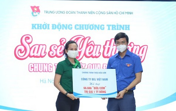 Mr. Bui Quang Huy, Secretary of the HCYU, Chairman of the Viet Nam Union of Students received support from the companion