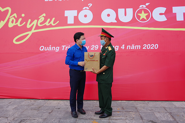 Mr. Nguyen Anh Tuan presented gifts to Mr. Tran Huu Luu, hero of the people's armed forces in the fight against the US