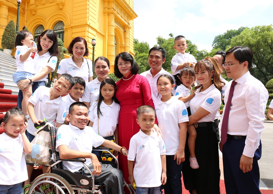 Mrs Dang Thi Ngoc Thinh and Mr Nguyen Anh Tuan took photos with typical young families in 2020
