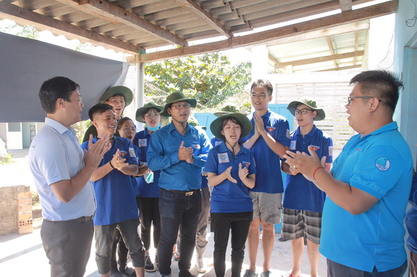 Mr. Le Quoc Phong visited volunteers painting and repairing houses for disadvantaged families in Ngu Phung commune, Phu Quy district