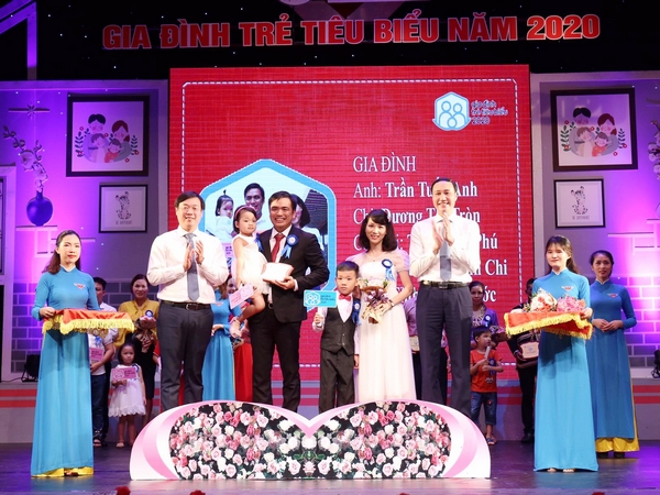 "Mr. Phung Khanh Tai and Mr. Le Quoc Phong awarded medal for ""Exemplary Young Families of 2020"""