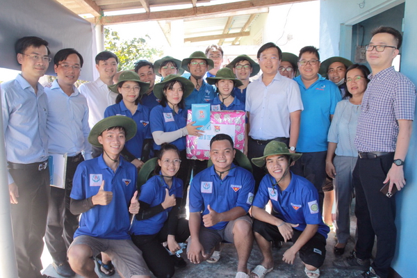 Mr. Le Quoc Phong and the delegation presented gifts to the volunteer team