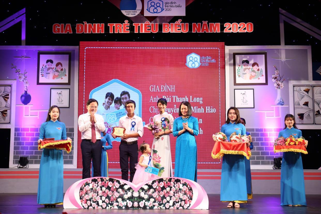 Mr. Nguyen Anh Tuan awarded medal for Exemplary Young Families of 2020