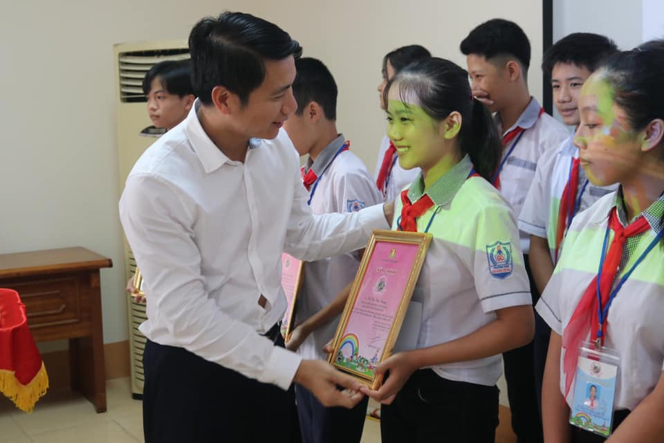 Mr. Nguyen Ngoc Luong awarded certificates to excellent candidates participating in the national final round