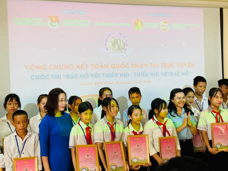 Ms. Nguyen Pham Duy Trang congratulated 88 students at Quang Binh province