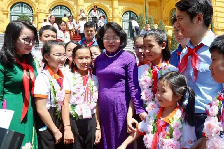 Vice State President Dang Thi Ngoc Thinh talked with Nghe An children