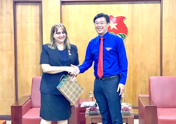 Mr. Le Quoc Phong presenting souvenirs to Ms. Nancy Coro Aguiar