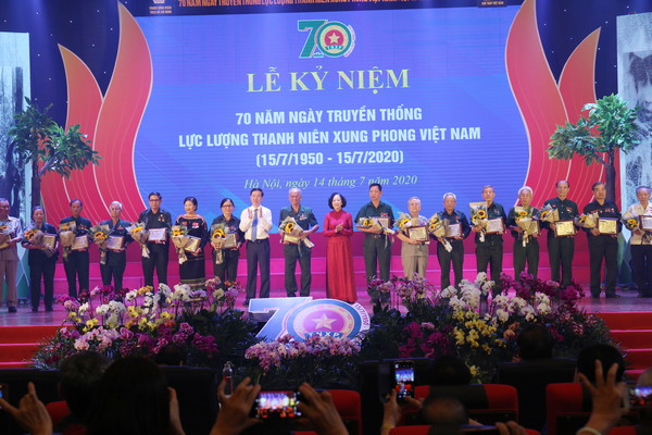 Mrs. Truong Thi Mai and Mr. Vo Van Thuong presented the symbol honoring typical youth volunteers of different periods