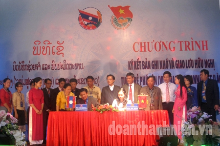 Signing ceremony between Doan Phu Yen (Vietnam) and the Provincial Delegation Savannakhet (Laos). Photo by Diep Bao Kinh - Phu Yen.