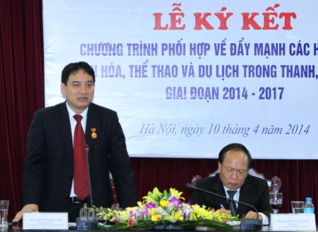 First Secretary Nguyen Dac Vinh addresses at the signing ceremony