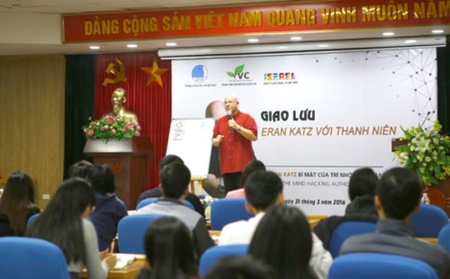 The third time in Vietnam so far, talking to young people, Israeli man having set Guinness record in memory Eran Katz shared with youngster in Hanoi many useful tips to reinforce memorizing skills in life, as well as to help them study better.