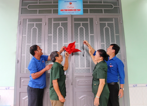 """House of Gratitude"" was presented to the former pioneering youth Vu Nhu Lai"