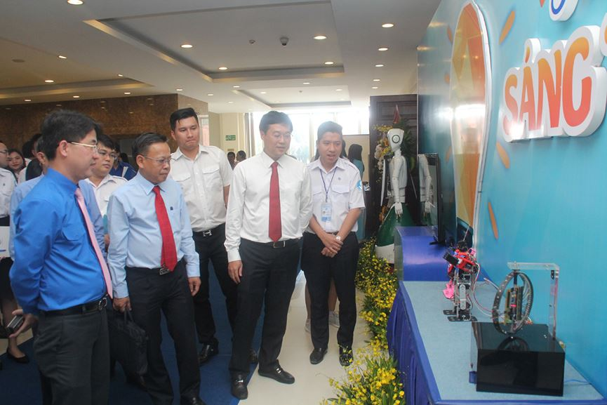 Mr. Le Quoc Phong Group (second from right) visits exhibition space for creative products of HCMC students.