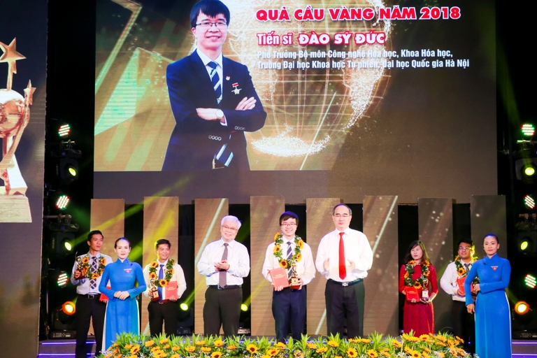 Mr. Nguyen Thien Nhan, Member of the Politburo and Secretary of the Ho Chi Minh City Party Committee presents the Golden Globe Youth Awards for outstanding candidates