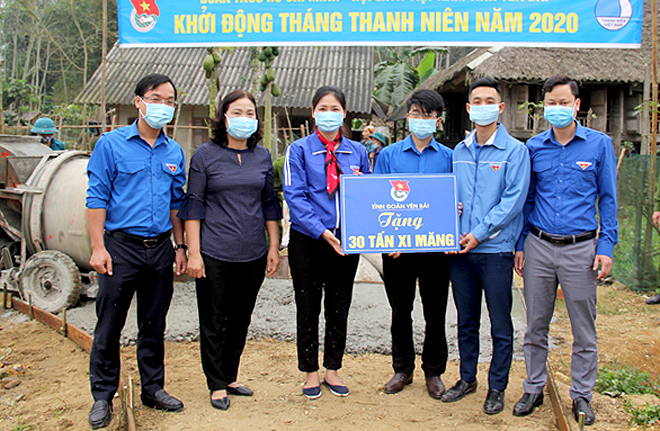 Yen Bai presented 30 tons of cement for Minh Xuan commune, Luc Yen district