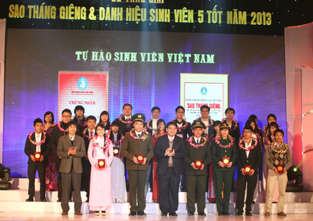 "Dr. Nguyen Dac Vinh, First Secretary of the HCYU Central and Mr. Nguyen Huy Loc, Editor-in-Chief of the Vietnam Student Newspaper award the ""January Star"" prizes to the students"